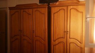 Vendo armarios con mesitas de pino y recibidor