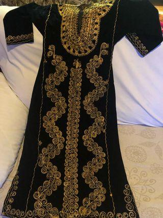 Caftán negro bordado en oro