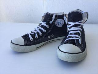 zapatillas negras tipo converse