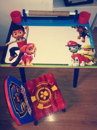 mesa y silla de la patrulla canina