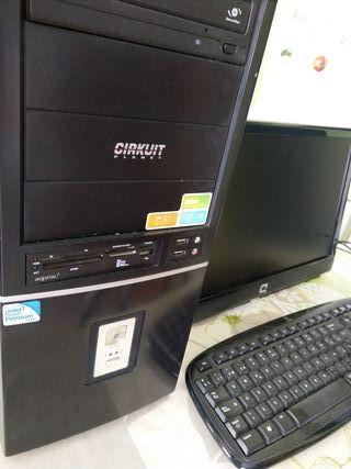 ordenador torre + monitor y teclado