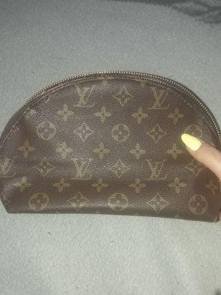 722e68950 Neceser de mano Louis Vuitton de segunda mano en WALLAPOP