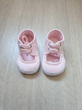 Zapatilla bebé entretiempo número 16 sin estrenar