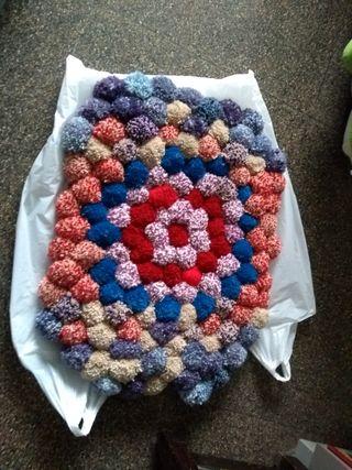 alfombra de pompones mida 69 x50