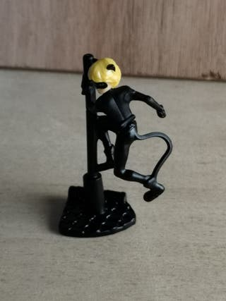 Figurita Chat Noir Huevo Kinder