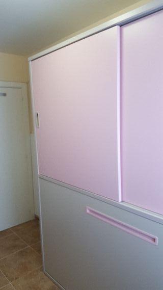 Armario con cama plegable y puertas correderas