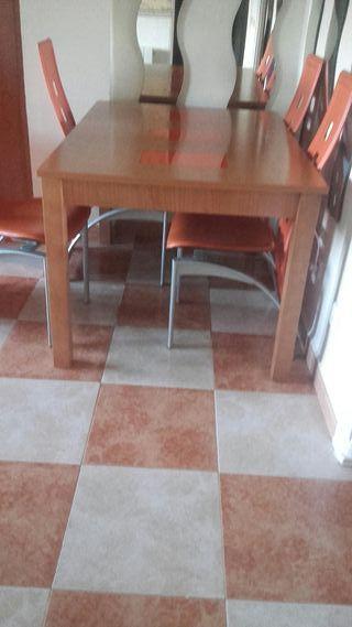 Mesa de madera con las cuatro sillas