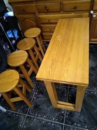 Mesa de madera con 4 taburetes.