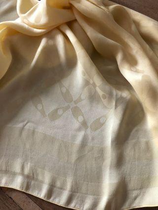 Foulard 100% soie tissée jaune acidulé motifs ton