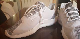 Zapatillas Adidas, grises con blancos.
