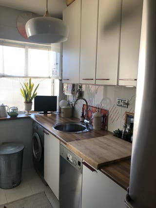 Muebles de cocina blancos, encimera, pila, horno