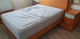 cama con mesitas