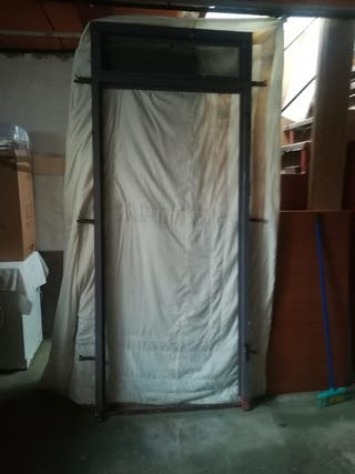 puerta de hierro con ventana avatible