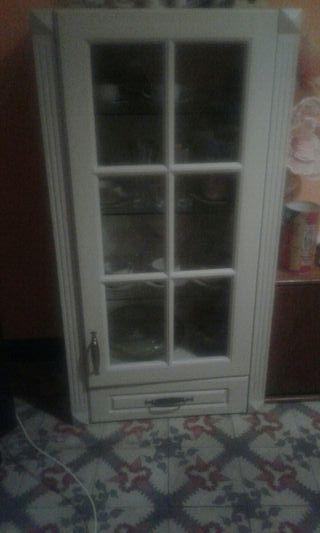 vitrina de madera blanca
