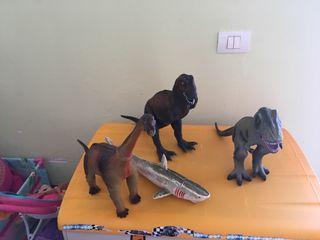 Dinosaurios, tiburón y dragón grandes