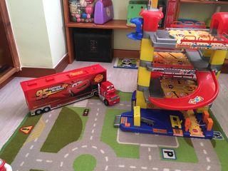 Camión mack y garaje