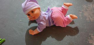 muñeca que gatea
