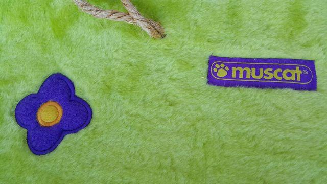 Rascador colgante y ondulado con juguete para gato