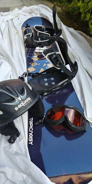 Tabla de Snowboard y amarres. Casco y gafas