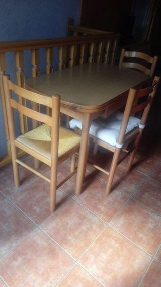 Mesa extensible y sillas de conedor