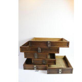 Seis antiguos cajones de madera de roble