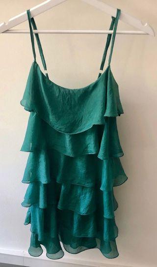 robe courte à bretelles en soie verte volantée