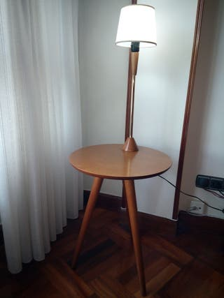 Mesa auxiliar moderna con lampara