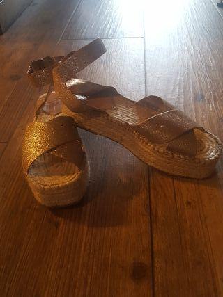 Vendo sandalias de plataforma de esparto doradas