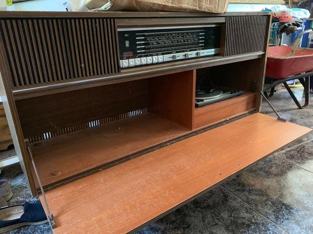 mueble radio-tocadiscos muy antiguo