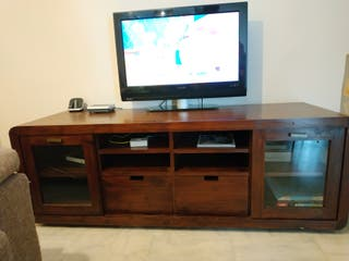 Mueble tv, estantería y dos espejos.
