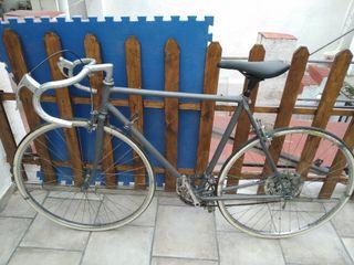 Bicicleta de carretera modelo antiguo