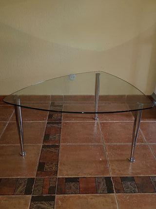 Mesa triangular de cristal con patas plateadas