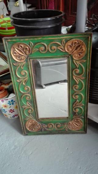 Espejo de madera tallada verde y dorado Mide 39x58
