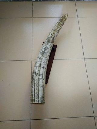 colmillo decorativo grabado