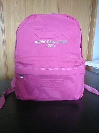 Mochila Reebok color rosa .