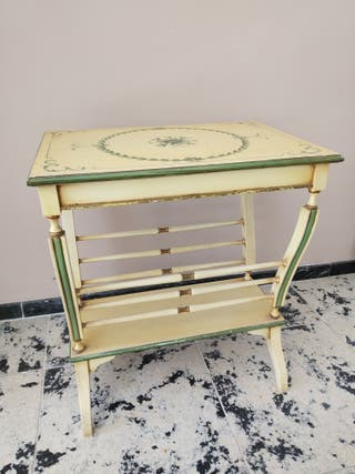 Mesa-revistero de madera