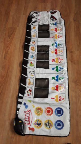 Alfombra piano juguete
