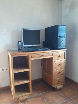 Ordenador y mesa de madera