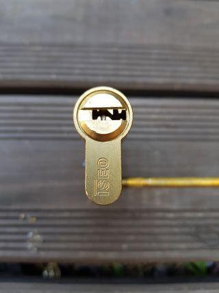 Cerradura bombillo ISEO R6 de latón