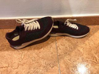Zapatillas burdeos de Zara