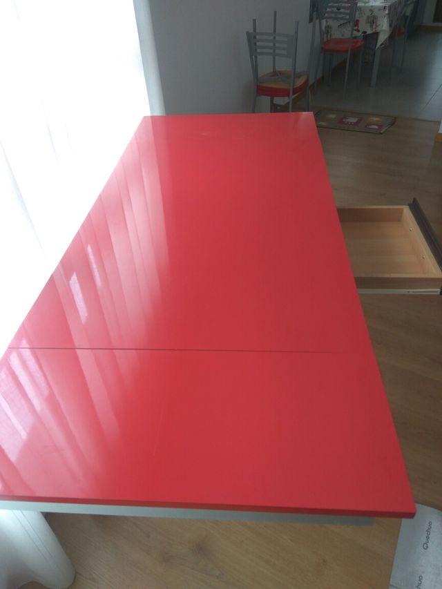 Mesa cocina roja y 2 sillas de segunda mano por 150 € en ...
