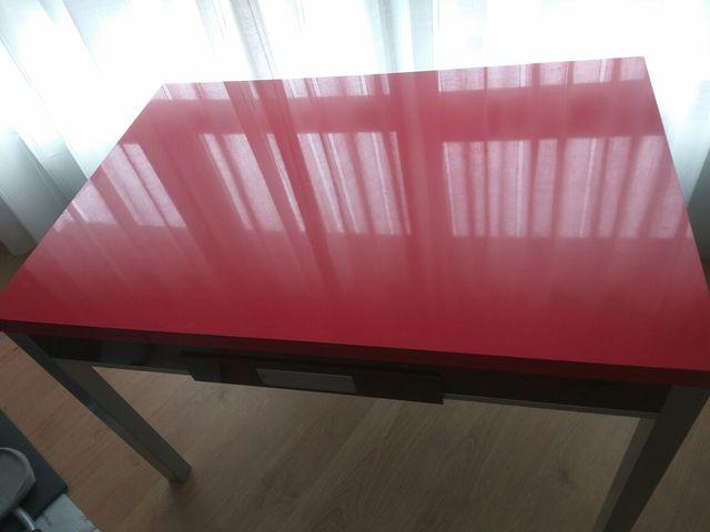 Mesa cocina roja y 2 sillas de segunda mano por 160 € en Centro ...