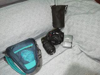 Cámara de fotos Nikon + funda y accesorios