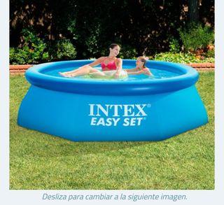 piscina hinchable con suelo de cesped artificicial