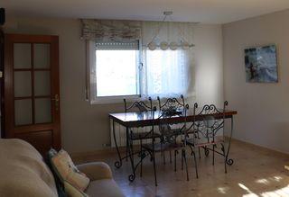 Mesa extensible y seis sillas.