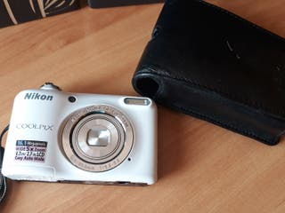 cámara de fotos Nikon y funda