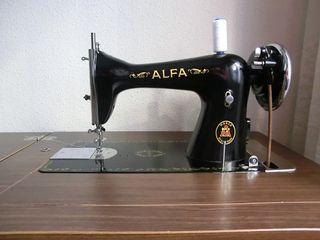 Máquina de coser antigua Alfa con mueble