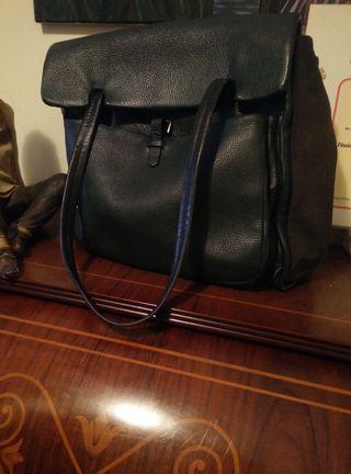 Bonito bolso,cómodo con mucho espacio para guardar