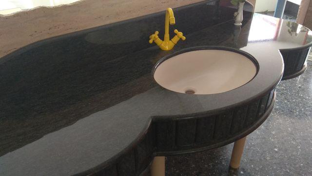 Encimera de baño de granito color ocre
