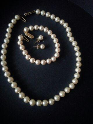 Collar, pulsera y pendientes de perlas